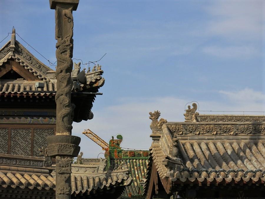 Datong est connue pour sa vieille ville ceinte de remparts, qu'un maire complétement mégalo a fait entièrement reconstruire il y a quelques années. De nombreux chantiers sont encore en cours aux quatre coins de l'enceinte fortifiée, d'où les grues qui se mêlent aux bâtiments de style Ming et Qing...