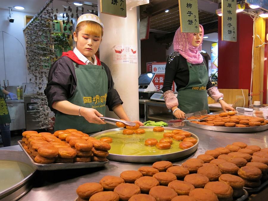 Il y avait un immense choix de plats salés, mais également quelques très bons desserts. Personnellement, j'ai craqué pour ces petits beignets de saison, fourrés avec un fruit très populaire en Asie...
