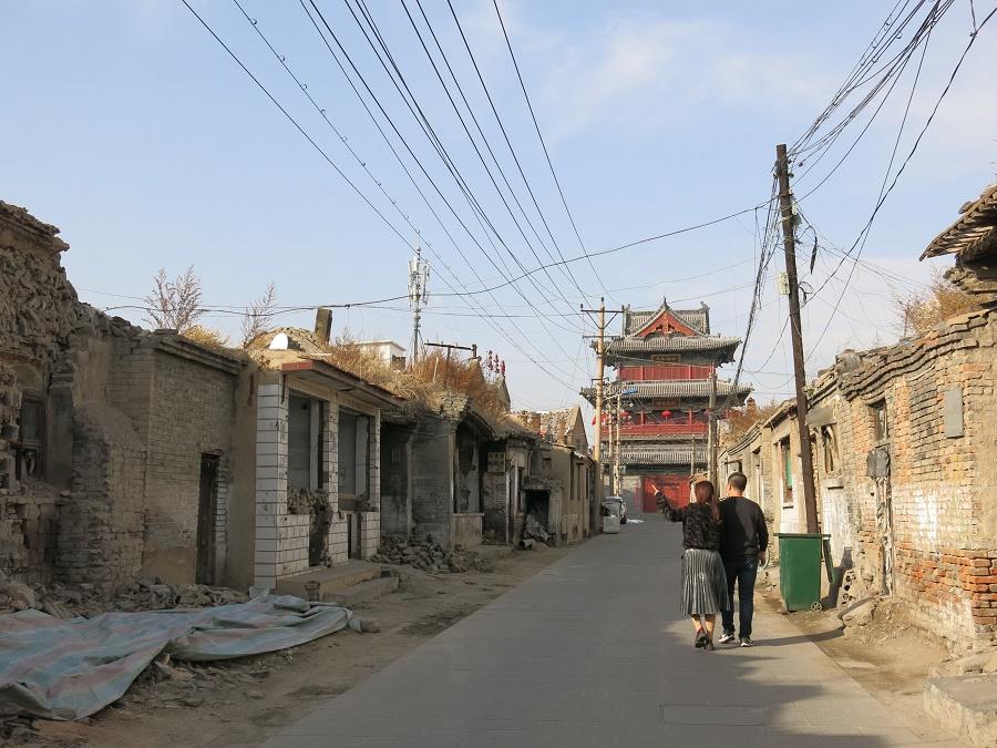 """J'ai été fort déçue par la """"vieille ville"""" de Datong, décor en carton-pâte construit au milieu d'un bidonville lugubre... Parfois, la réalité ne s'approche pas du tout de ce qu'on s'était imaginé. Au cours de ce voyage, je pense avoir appris à plus facilement prendre les choses telles qu'elles sont, sans me soucier de ce qu'elles """"devraient"""" être."""