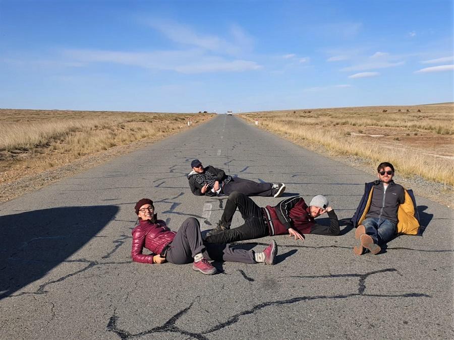 Sur cette photo stupide prise au milieu de la steppe mongole, je partage l'affiche avec trois des super potes que je me suis faits en Mongolie. Comme nous allions tous à Pékin ensuite, j'ai eu le bonheur de voyager encore une semaine en Chine avec Antoine, Colin et Joey. En partant seule, je ne m'attendais pas à vivre des échanges aussi forts et des moments de telle convivialité !