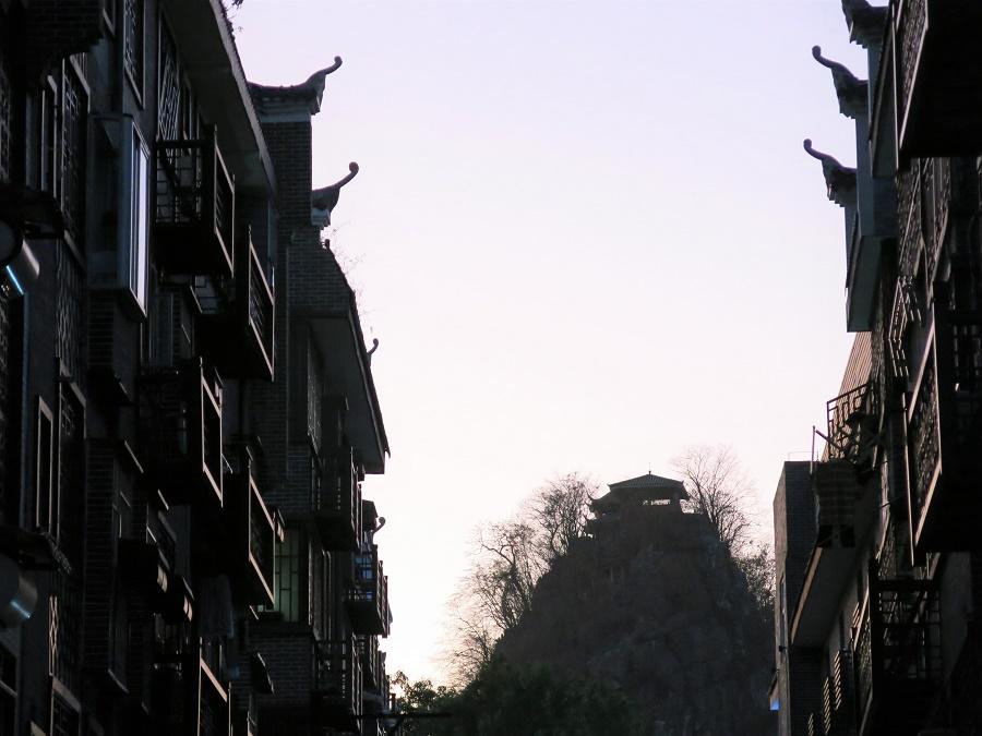 La ville est entourée, et même ponctuée, de pics karstiques très verticaux. Souvent, ceux-ci sont entourés d'un agréable parc et surmontés d'un pavillon ou d'un petit temple.