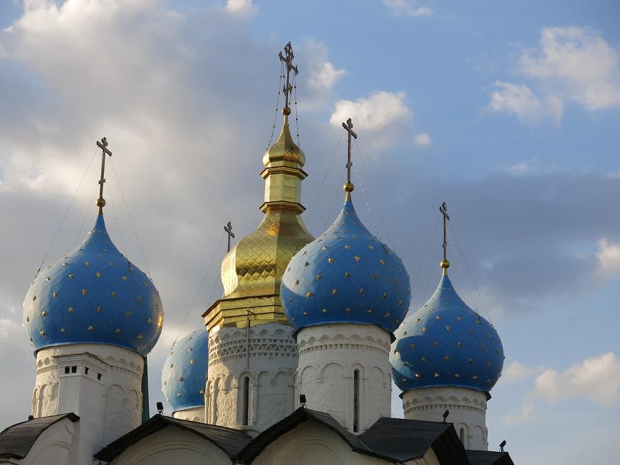 Allez, je vous fais une confidence... Pendant mes premiers jours en Russie, j'avais régulièrement des gros coups de blues en pensant que je n'allais pas revoir ma famille et mes amis pendant une quinzaine de mois. Quand l'émotion était trop forte, j'entrais dans une des belles églises orthodoxes qu'on trouve partout et j'allumais un petit cierge en cire jaune... Je trouvais la lumière des bougies et l'odeur de l'encens très réconfortants !