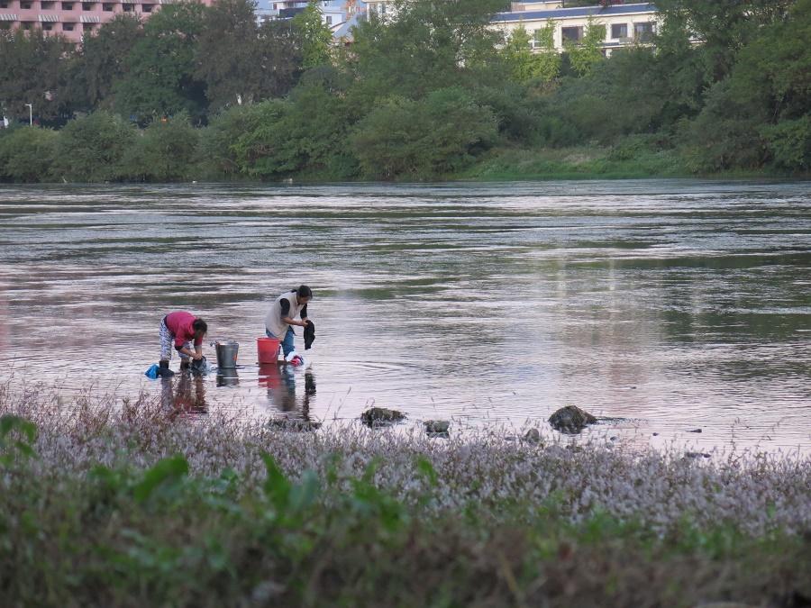 Ces deux dames papotaient avec entrain tout en faisant leur lessive dans la rivière Li. Je sais pas ce qu'elles se racontaient, mais elles n'arrêtaient pas ;)
