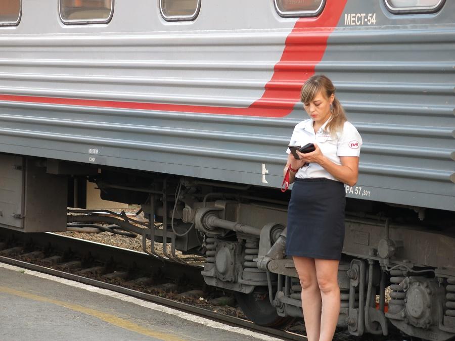 """A bord des trains à couchettes russes, et notamment ceux du Transsibérien, chaque wagon est géré par une provodnitsa (hôtesse). Grâce à elles (je dis """"elles"""" car c'était très rarement des hommes), je me sentais très en sécurité à bord du train. De manière générale, l'ambiance est calme et bon enfant. Pour moi, les trajets en train en Russie étaient vraiment des moments de repos et de grande relaxation !"""