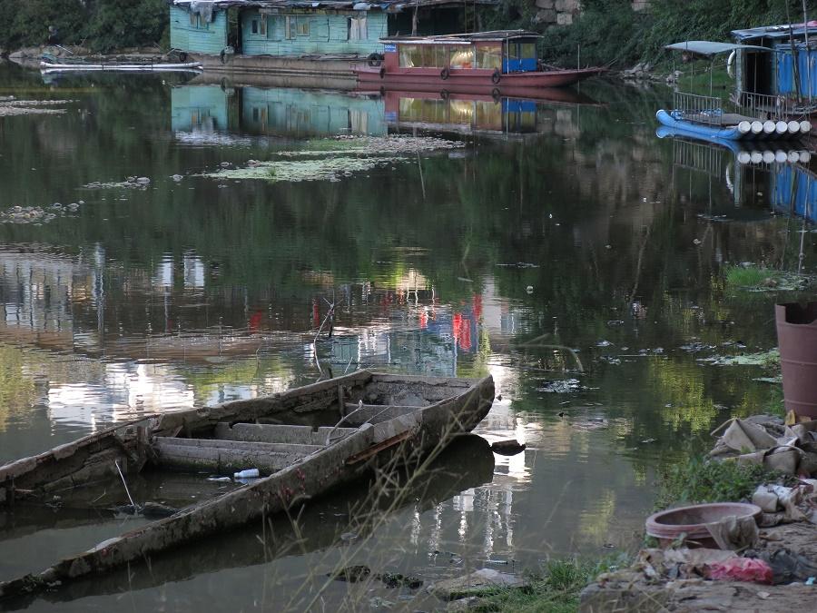 La ville de Yangshuo m'a aussi laissé une impression mitigée... A son niveau, je n'irais pas faire la brasse dans la rivière Li !! Je pense que c'est surtout une bonne base pour explorer les environs, car les paysages alentours ont l'air magnifiques, et on peut facilement louer un vélo ou un scooter. Une prochaine fois ;)