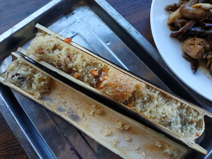 Après cette grosse rando, je me suis offert un déjeuner de fête sur la terrasse de mon auberge. Deux spécialités du coin : du riz aux légumes cuit dans un tube de bambou directement posé sur la braise, et du poulet du village sauté avec du piment séché, de la cannelle, de la badiane, de l'ail, du gingembre frais et des champignons du coin. Un vrai festin !