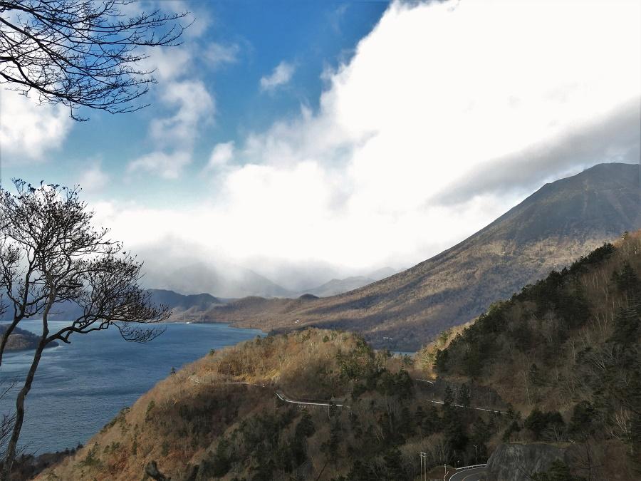 Depuis la cascade de Kegon, j'ai suivi un petit sentier forestier qui grimpait entre les troncs nus et les parterres de bambous nains. Après une bonne grimpette d'une heure, j'ai eu ma récompense : une vue magnifique sur le lac Chuzenji, dominé à droite par le mont Nantai, volcan sacré de Nikko. La route qui serpentait le long de la rive est du lac était fermée à la circulation en cette saison d'hiver, ce qui me garantissait une solitude totale. A intervalles réguliers, je tapais dans mes mains et poussais quelques cris perçants afin d'éviter une rencontre fortuite avec un ours...