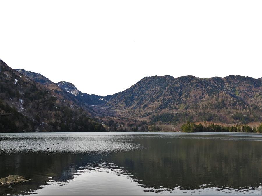 Après avoir grimpé le long de la cascade de Yu, j'ai débouché sur les bords de l'adorable lac Yunoko. Je n'ai pu qu'imaginer le spectacle exceptionnel qu'offre ce panorama en automne, car en cette première semaine de décembre le lac avait déjà adopté ses couleurs d'hiver. Par un petit sentier côtier, j'ai contourné la rive gauche du lac en appréciant le calme de bout du monde qu'offre cette petite vallée.