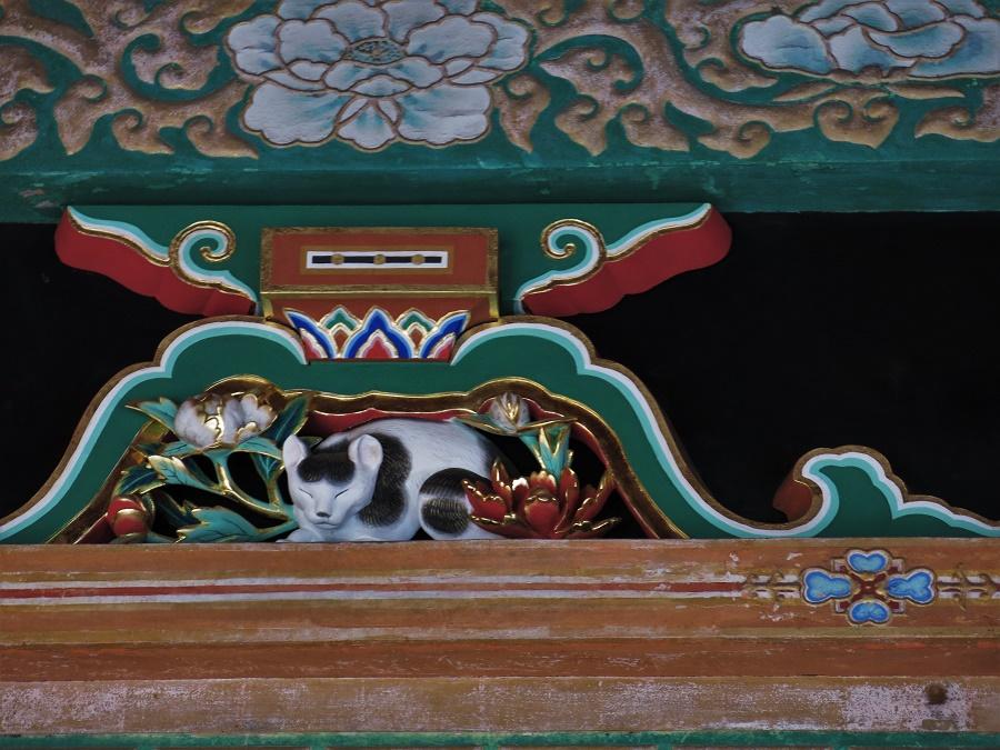 """La plus célèbre des sculptures du temple est sans doute le fameux """"Nemuineko"""", ou """"chat endormi"""". Il ne mesure pourtant que quelques centimètres de haut et, tout perché qu'il est au-dessus d'une haute porte, il ne faut pas le rater... Ce petit minou endormi marque l'entrée des escaliers menant à la tombe de Tokugawa Ieyasu, et représente le repos et la tranquillité totale de l'esprit. Je trouve l'image bien choisie ! Qui n'a jamais eu l'impression de percer le mystère de la vie en regardant un chat dormir ? ;)"""