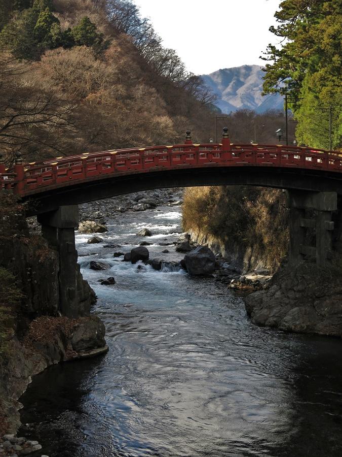 Le célèbre pont de Shinkyo marque l'entrée du complexe de temples de Nikko et nous rappelle que nous pénétrons dans une zone hautement sacrée.