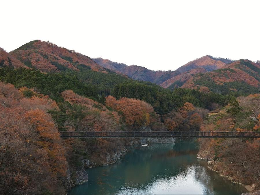 Le village thermal de Kinugawa Onsen s'étire le long de la jolie rivière Kinugawa, dont les eaux turquoises m'ont rappelé la teinte des canaux de Venise. Sur les rives, quelques feuillages d'automne résistaient encore au froid de l'hiver approchant.