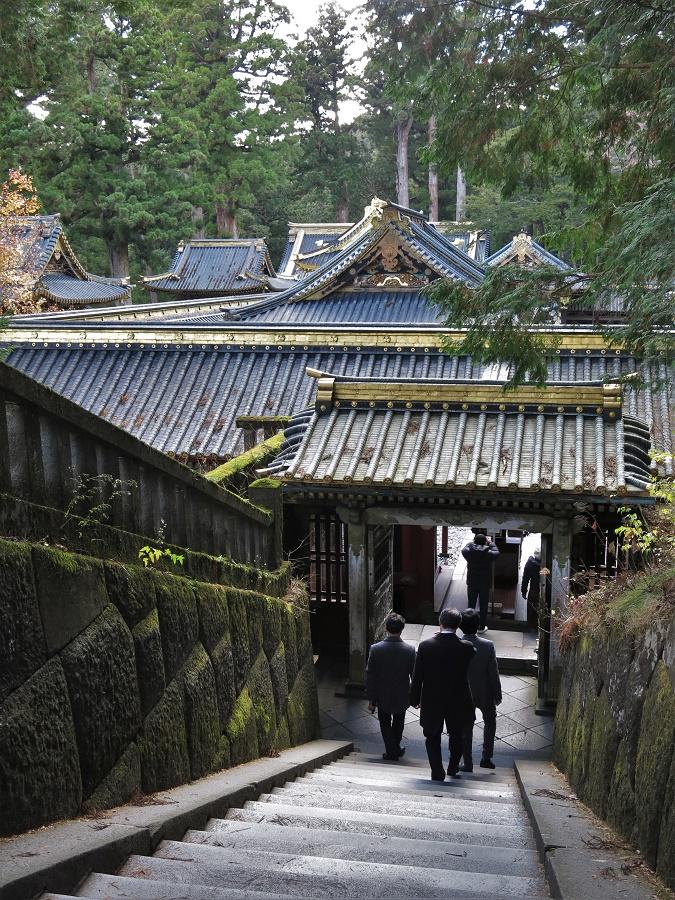 Gardés par le paisible Nemuineko, de longs escaliers mènent à la tombe de Tokugawa Ieyasu, premier shogun de l'époque d'Edo.