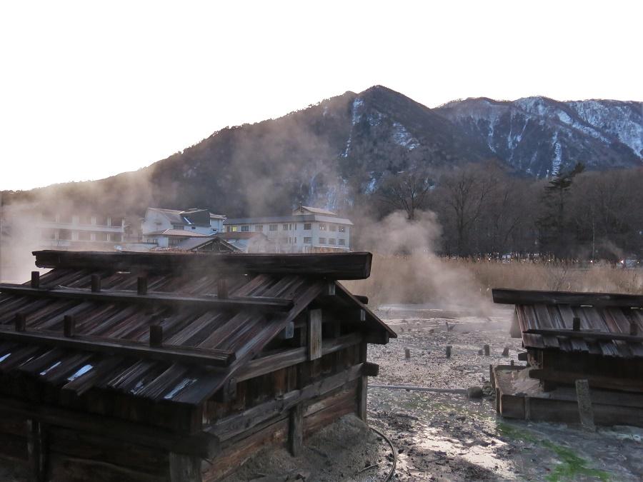 Derrière le village de Yumoto Onsen, on peut se rendre directement sur le lieu de captation de la source. L'eau chaude y jaillit de tous côtés, faisant crépiter le sol et dégageant d'épaisses vapeurs sulfureuses. Ces petites cabanes en bois sont placées au-dessus des principaux geysers, où de gros tuyaux récupèrent l'eau afin de l'acheminer vers les bains du village.