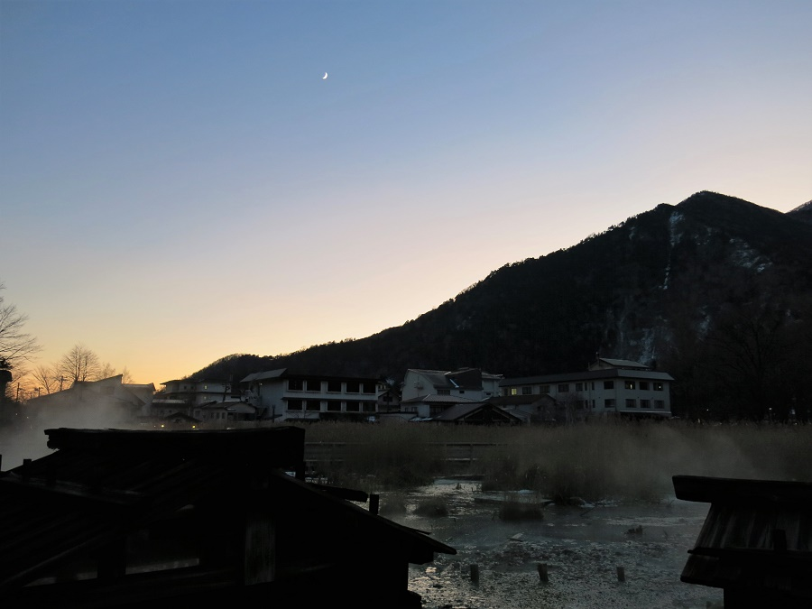 Le froid est tombé d'un coup juste après le coucher du soleil. Me rappelant que j'étais à 1500m d'altitude, j'ai encore regardé la vapeur s'élever vers la lune puis, toute frissonnante, j'ai couru attraper un bus redescendant vers la vallée.