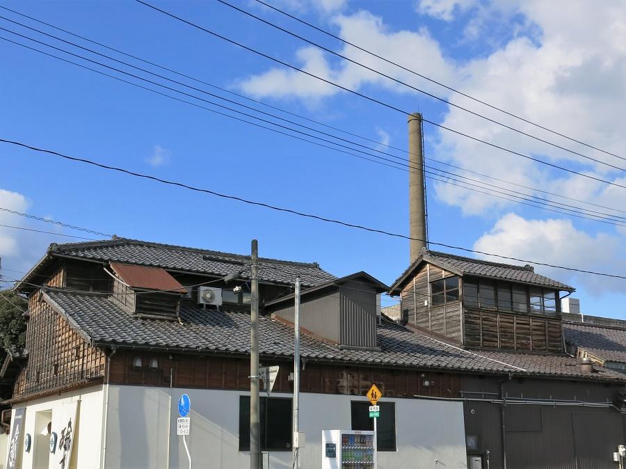 La brasserie Imayo Tsukasa a plus de 250 ans, mais elle est aujourd'hui installée dans des bâtiments datant de 1900 environ. La grande cheminée témoigne de la nécessité d'utiliser la vapeur dans le processus de fabrication du saké. En effet, c'est elle qui permet de transformer les grains de riz pour transformer l'amidon en sucre et enclencher la fermentation.