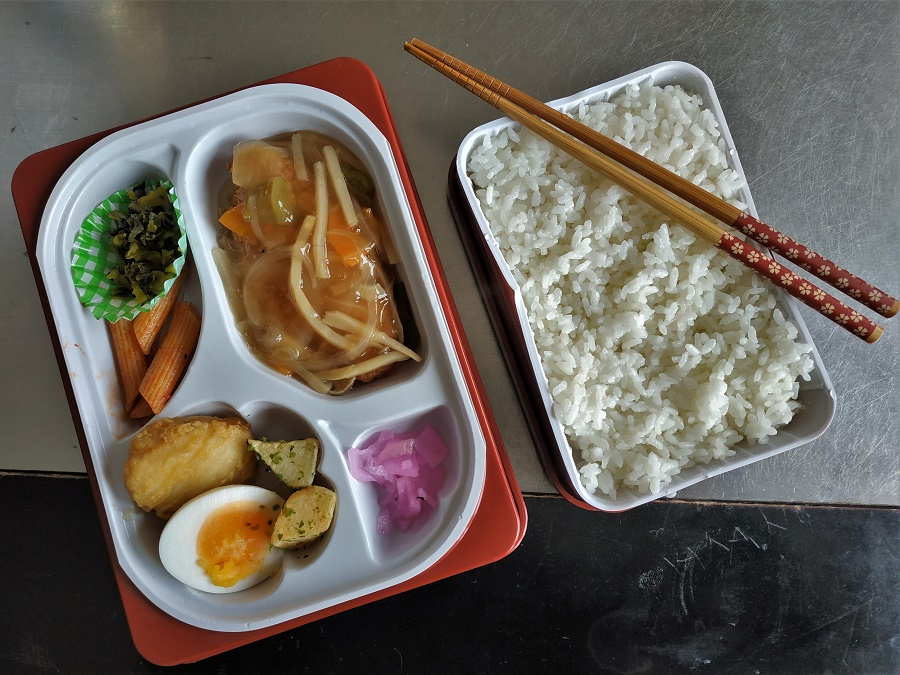 Un de mes grands plaisirs dans ce boulot japonais, c'est d'avoir droit tous les midis à un bentô surprise ^^ Le bentô, boîte-repas japonaise garnie de riz blanc et de divers accompagnements, est un incontournable de la culture japonaise. La plupart des enfants japonais en emportent un à l'école, tout comme bon nombre de salariés pour leur pause déjeuner. C'est aussi un grand classique des voyages en train, et certaines gares japonaises sont même réputées pour la qualité des bentô vendus sur leurs quais ! A Gala, nous avons toujours deux boîtes : une plus petite contenant 250g de riz blanc (et boum !), et une plus grande avec viande, poisson, légumes, œufs... et toujours quelques pickles de radis mariné. C'est très ludique de découvrir chaque midi ce que renferme le bentô, même si nous sommes nombreux à déplorer le manque de légumes frais. Pour ma part, j'ai pris le réflexe d'agrémenter chaque midi mon bentô d'algues frites coréennes et de kimchi ;)