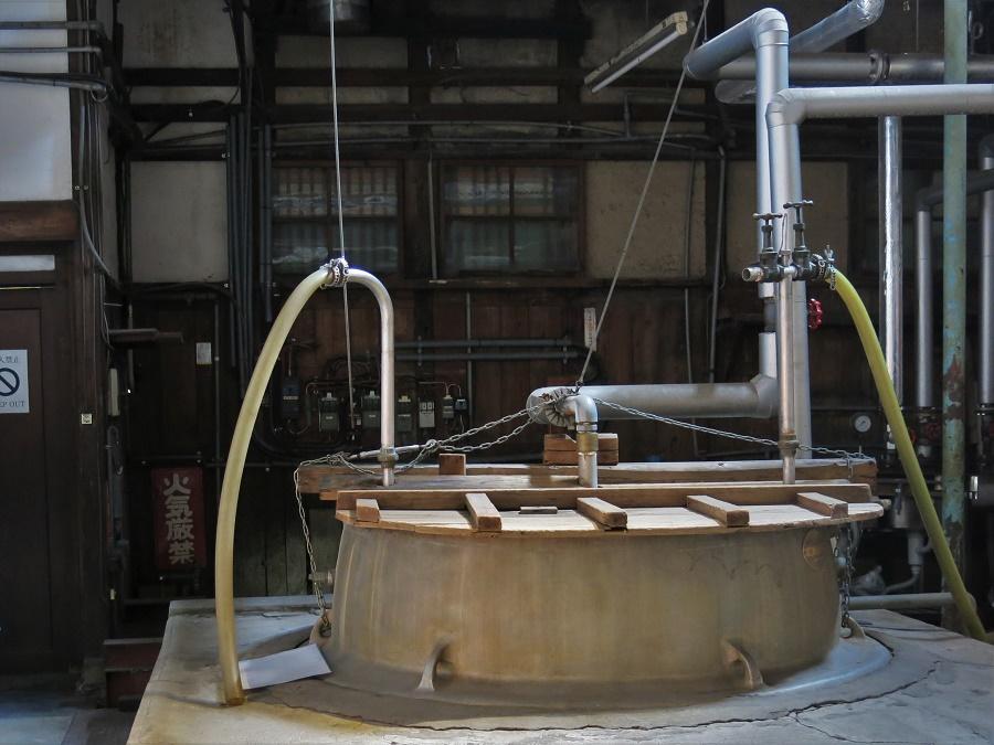 La dernière étape avant mise en bouteille consiste à pasteuriser le saké. Pour ce faire, la brasserie utilise une grande cuve remplie d'eau à 70°C, à travers laquelle s'enroule un fin tuyau de métal. Le saké circule dans le tuyau, ce qui permet de le chauffer et d'augmenter considérablement son temps de conservation.
