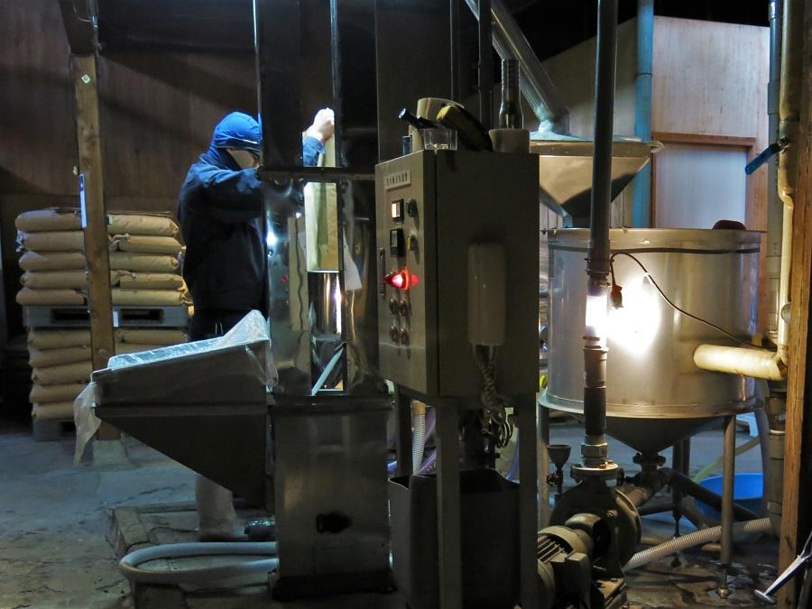 Le processus de fabrication du saké passe d'abord par le polissage des grains de riz. Plus il s'agit d'un saké de prestige, plus on utilisera de riz blanc (par opposition au riz complet). Cela impacte toute la production, car il faut alors laver les fragiles grains blancs à la main, puis leur octroyer un temps de fermentation plus long.