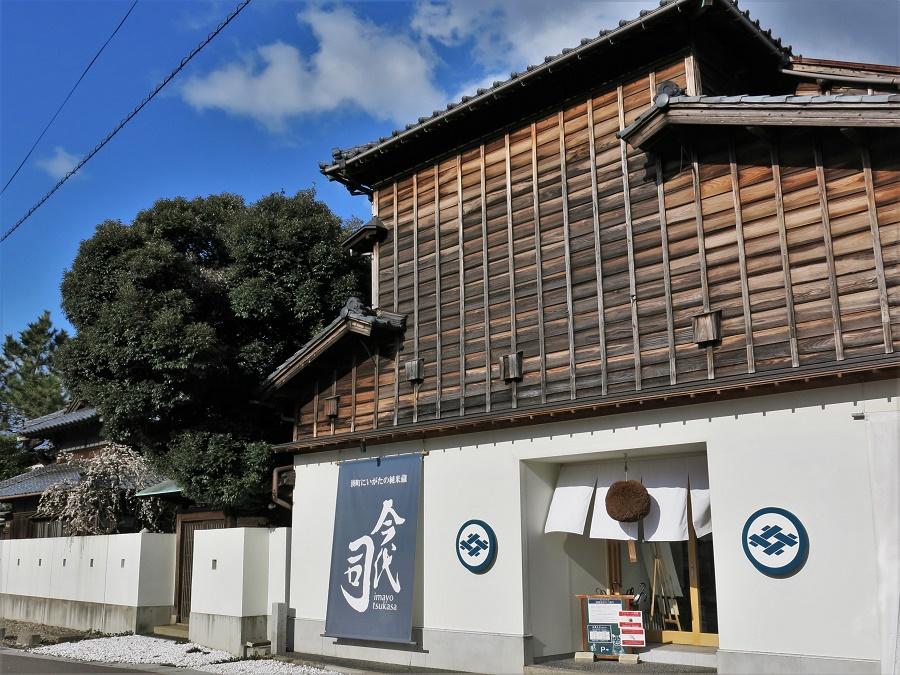 """Devanture de la brasserie traditionnelle de saké """"Imayo Tsukasa"""", qui propose  des visites guidées en anglais chaque jour à 14h, suivies d'une dégustation."""