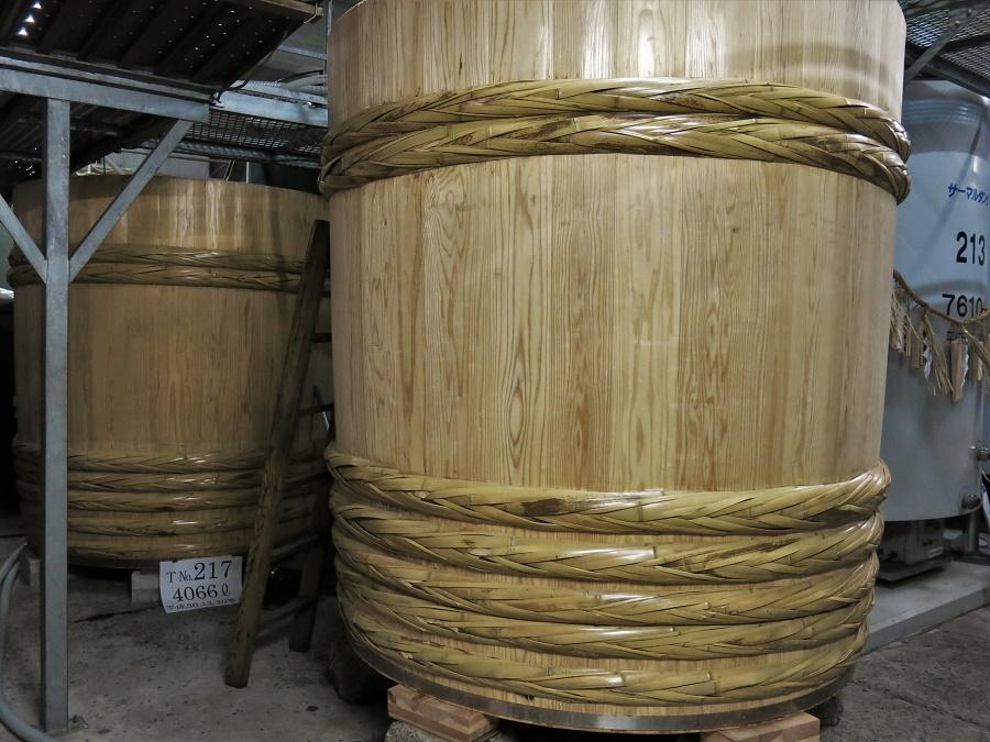 """L'étape suivante est la fermentation d'un mélange de riz, d'eau et de levures naturelles que l'on retrouve dans le riz """"kôji"""". De nos jours, la fermentation du saké se fait généralement dans de grandes cuves émaillées. Cependant, la brasserie Imayo Tsukasa a réussi à commander de nouvelles cuves traditionnelles en bois de cèdre grâce à une campagne de financement participatif ! Ces cuves de plus de 4000 litres, coûtant environ le prix d'une maison, ne sont plus fabriquées que par un seul artisan près d'Ôsaka. Un savoir-faire qui risque bien de se perdre dans les années à venir..."""