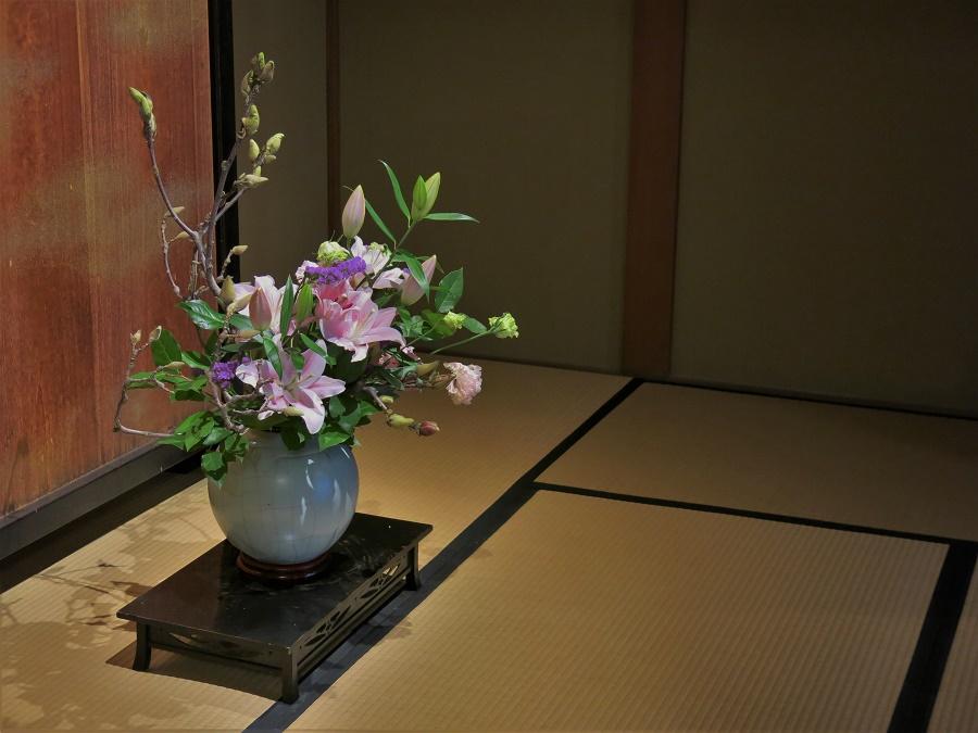 Quand on visite ce genre de vieille maison, on s'attend à ce que ça sente le renfermé et la poussière... Eh bien, ce n'était pas du tout le cas de la maison Sakyukan, qui embaumait les fleurs fraîches qu'on avait placées dans chaque pièce ! Il doit y avoir un fan d'ikebana dans l'équipe de la Mairie ^^ (c'est l'art de faire des compositions florales).