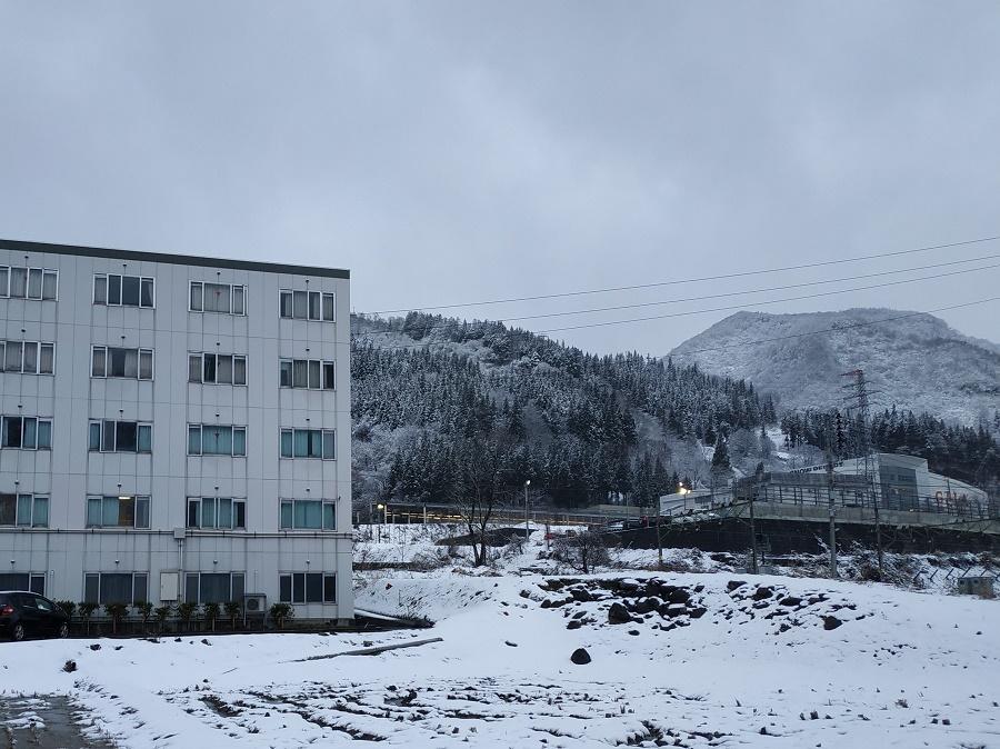 A gauche, la résidence réservée aux employés de Gala, mon chez-moi pour ces quatre mois de saison hivernale. Et à droite, dans le fond, la station Gala, accessible en cinq minutes à pied entre les rizières gelées !