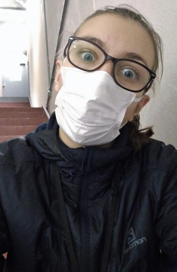 """C'est une grande nouveauté pour moi de porter un masque au travail ! Pourtant, au Japon, il n'y a rien de plus habituel. La politesse de base exige qu'on en porte un dès qu'on a le moindre rhume. Je soupçonne même certaines personnes timides de se """"cacher"""" derrière leur masque. Il y a certains de mes collègues que je n'ai jamais vus sans masque en plus de trois mois ! PS : vous noterez ma petite veste Salomon, qui fait partie de mon uniforme au service location..."""