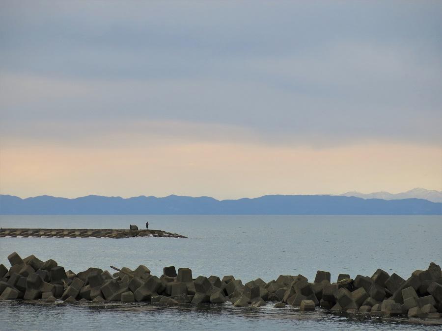 Le long du littoral japonais, on retrouve de nombreuses digues visant à prévenir les catastrophes liées aux tsunamis. A Niigata, les pêcheurs les mettent à profit pour s'approcher du poisson, tandis que les promeneurs cherchent une meilleure vue sur l'île de Sado.