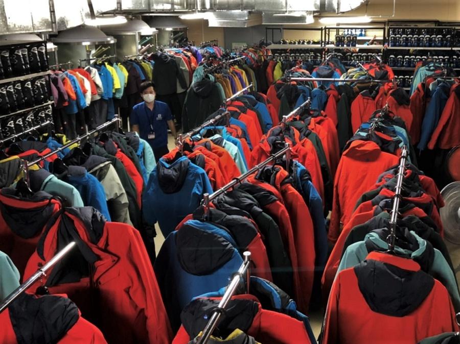 Ce qui m'a surprise en arrivant au service location de Gala, c'est qu'on loue absolument tout ce qui se rapproche d'une activité de neige : pas seulement chaussures, skis, snowboards et bâtons... Mais aussi vestes, pantalons, gants, bottes en caoutchouc, bonnets, casques et même lunettes de ski !! Au moment des retours, il faut ranger tout ce beau monde au bon endroit et les mettre à sécher pour le lendemain. Ce sont peut-être les vêtements qui nous donnent le plus de travail, car il faut récupérer tout ce que le gens ont oublié dans les poches, s'assurer d'avoir la bonne taille de pantalon avec la bonne veste, desserrer tous les scratchs et les élastiques, désinfecter au spray, mettre à sécher sur un cintre et enfin acheminer les portants vers la salle de séchage (ci-dessus)... Et le lendemain matin, tout plier et remettre dans les bonnes étagères. Le tout répété des centaines de fois ! Une logistique de fous, vous dis-je...