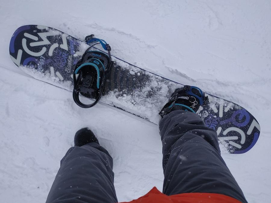 Par curiosité, je n'ai pas résisté à l'envie de tester le snowboard. On a eu deux ou trois belles journées de poudreuse au cours de la saison, et j'en ai profité pour descendre quelques pistes vertes et bleues. Conclusion ? C'est tellement plus difficile que le ski !!! Et surtout, ça fait mal aux fesses, parce qu'on tombe quand même beaucoup xD