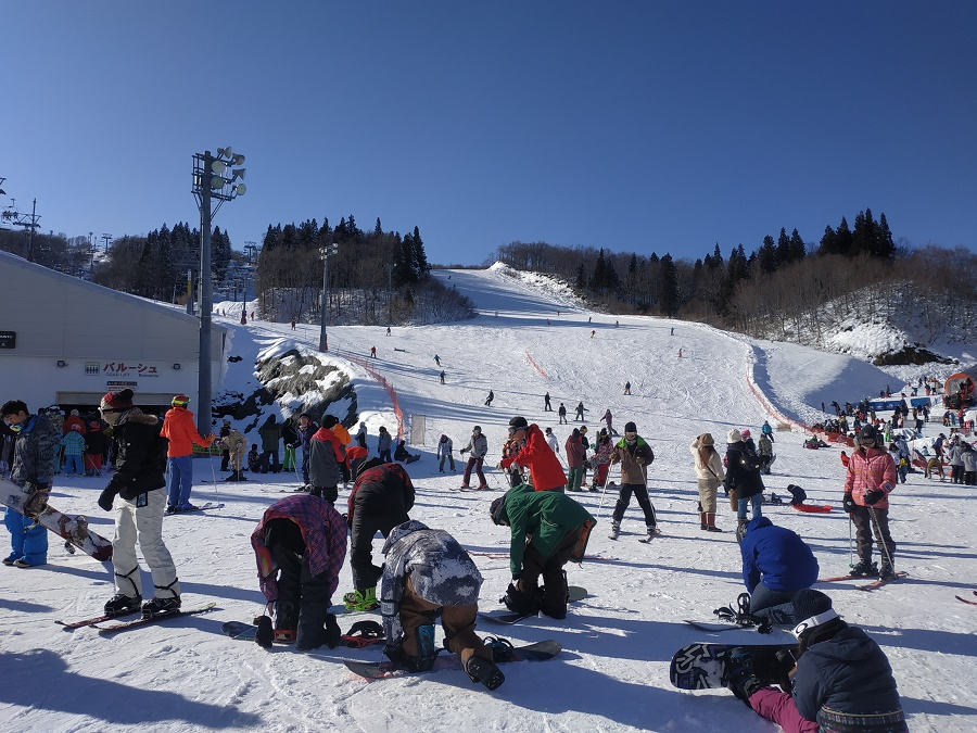 Au bas des pistes à Gala, on voit souvent plus de snowboardeurs que de skieurs. Au Japon, le ski, c'est ringard !!