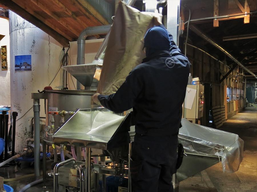 Lors de la visite de la brasserie, on peut directement voir les employés œuvrant à la fabrication du saké.