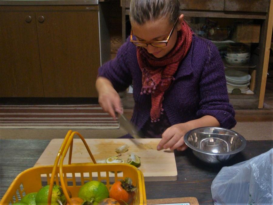 C'est grâce à un de mes hôtes de wwoofing que j'ai appris à manier le couteau de cuisine comme une pro ! Car, détail que j'apprécie beaucoup dans les cuisines japonaises, il y a toujours de bons couteaux bien affûtés ^^