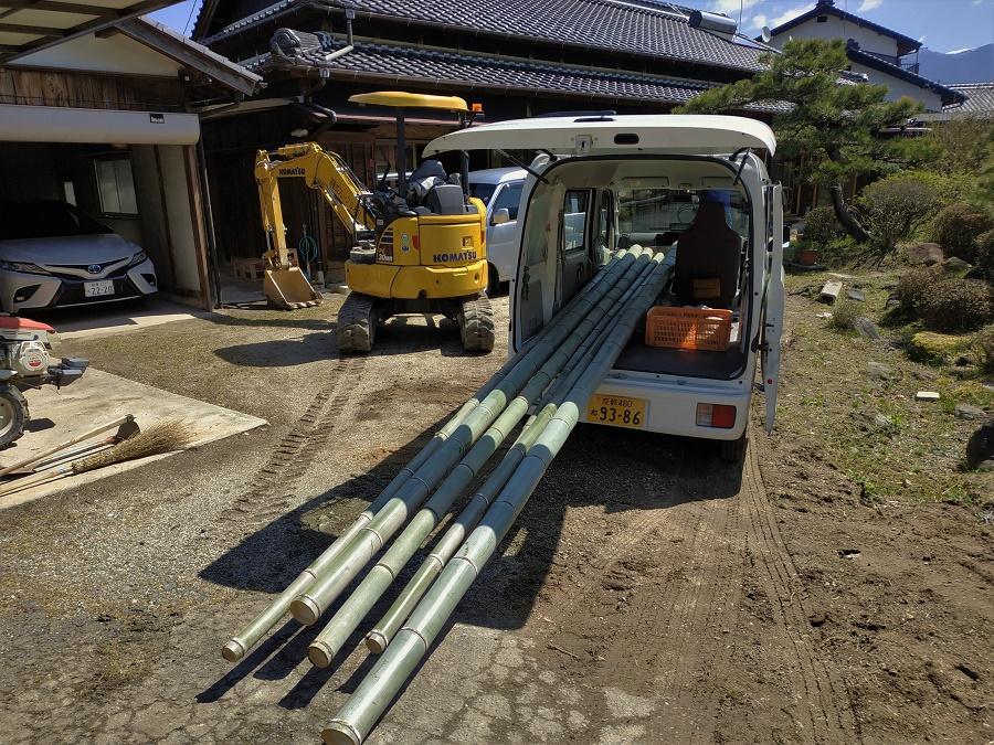 Il y a quelques jours, à Nakatsugawa : aller couper des bambous de quinze mètres dans une forêt escarpée pour en faire une tonnelle dans le jardin. Il fallait nous voir, Maa-san et moi, jogger derrière le fourgon qui avançait à 10 km/h pour nous assurer que les bambous ne tombaient pas xD