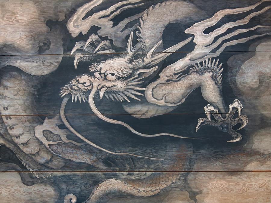 Au plafond du portail qui garde l'entrée du temple, deux superbes dragons peu commodes éloignent les mauvais esprits. Celui-là me rappelle un peu mon prof de Français de quatrième xD