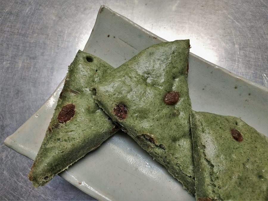 """Gâteau vapeur au yomogi du jardin et aux raisins secs, préparé cette semaine par la maman de la famille chez qui je loge. Les Japonais adorent ce genre de texture moelleuse, qu'ils qualifient de """"fuwa fuwa""""."""