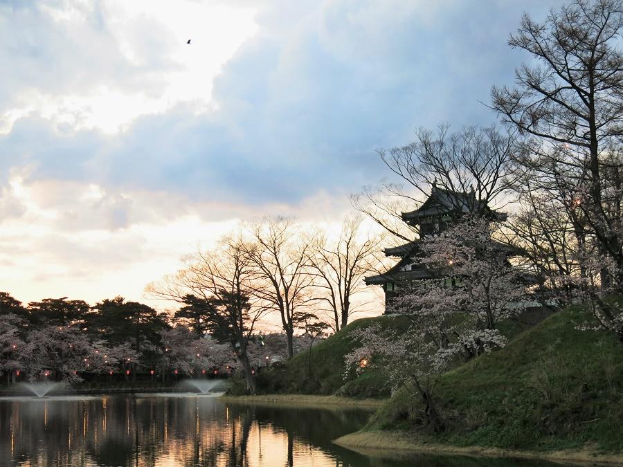 """Le clou du spectacle en toute saison, c'est bien sûr le château de Takada, fièrement perché sur sa butte. Il est tout en bois noir et très mignon, mais attention, il ne faut pas s'attendre à Chambord... Comme beaucoup de """"châteaux"""" japonais, c'est avant tout un petit donjon à peine plus gros qu'une maison !"""