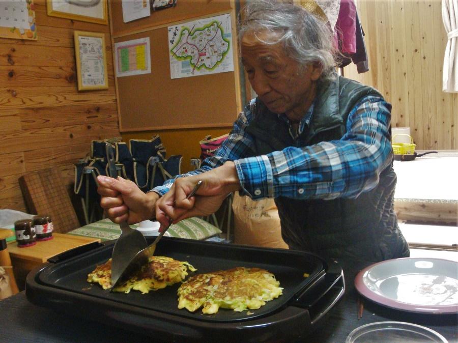 Grâce à Charley-san, mon tout premier et adorable hôte de wwoofing, j'ai fait le tour de quelques très grands classiques de la cuisine japonaise familiale. Nouilles udon au bouillon, nouilles zarusoba de sarrasin, onigiri (boulettes de riz)... Et même des okonomiyaki à la mode d'Ôsaka, c'est-à-dire des espèces de crêpes/pizzas cuites sur plaque chauffante.