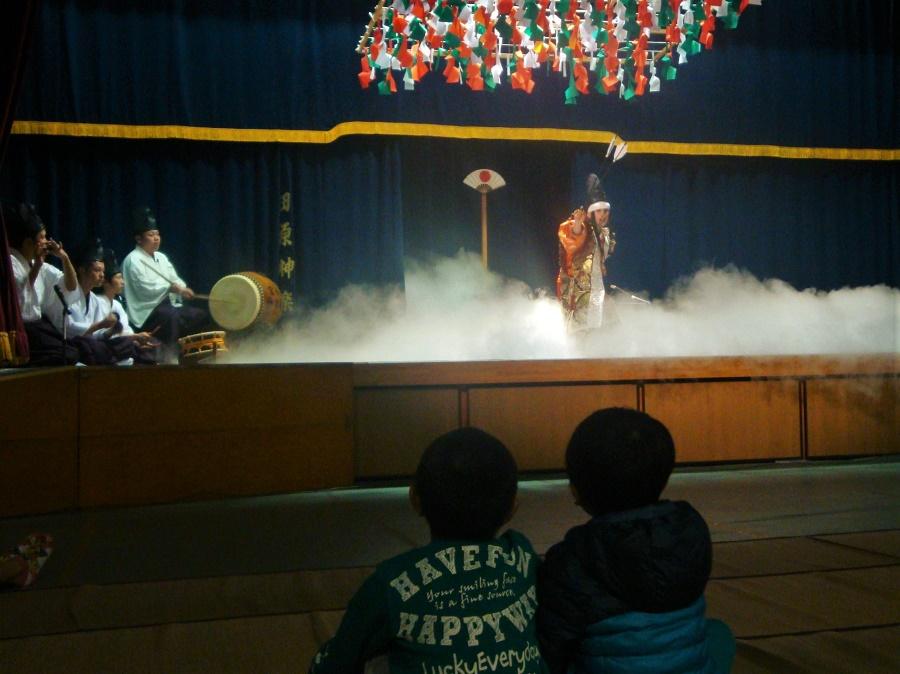 Deux petits garçons fascinés par le spectacle de kagura donné à la salle des fêtes du village afin de remercier les dieux pour la récolte de l'année. Les musiciens et les comédiens/danseurs de ce spectacle endiablé sont tous des amateurs, des gens du coin qui bossent dur pour maintenir ce magnifique art traditionnel et populaire.