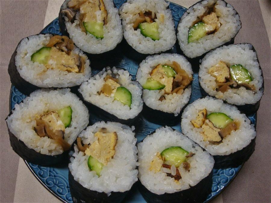 Je ne sais pas comment je me débrouille, mais je me retrouve toujours à faire du wwoofing avec des végétariens ;) La bonne nouvelle, c'est qu'on peut vérifier sur le profil de l'hôte s'il est prêt à cuisiner végétarien pour ses wwoofers. Et c'est ainsi que j'ai pu déguster, par exemple, ces EXCELLENTS sushis végétariens !
