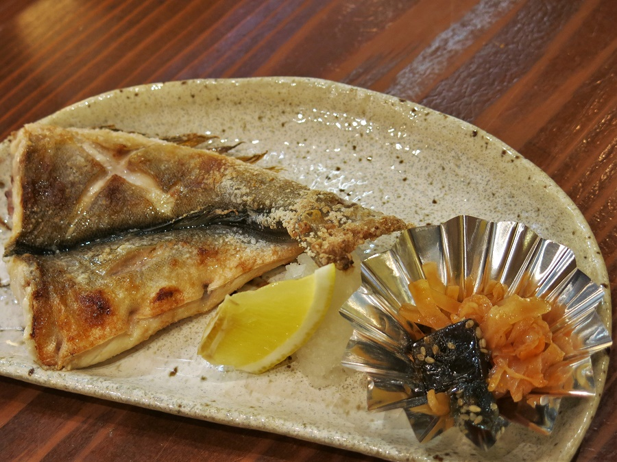 """Et en prime, toujours compris dans le menu, un EXCELLENT maquereau rôti au sel (""""saba"""" en japonais) ! Un de mes plats préférés... Servi ici avec du daikon râpé, des légumes marinés et du citron frais."""