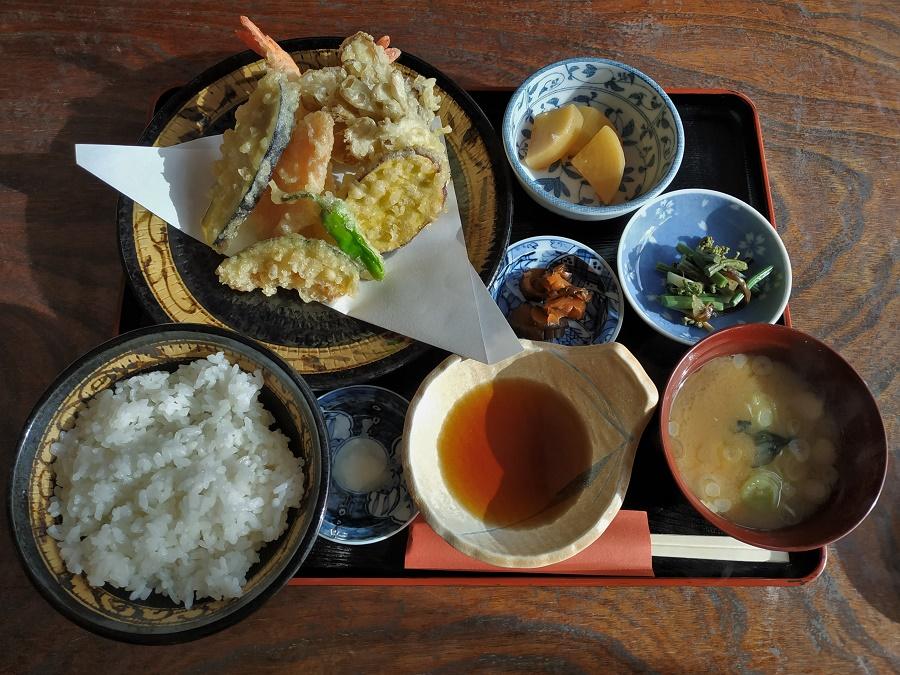 Menu tempura offert par mes hôtes lors d'une sortie familiale au onsen (source chaude) du coin. Beignets tempura (légumes et crevette), pickles d'aubergine, mijoté de pousses sauvages, daïkon au bouillon dashi et les indispensables riz blanc et soupe miso. Le tout arrosé de thé vert à volonté !