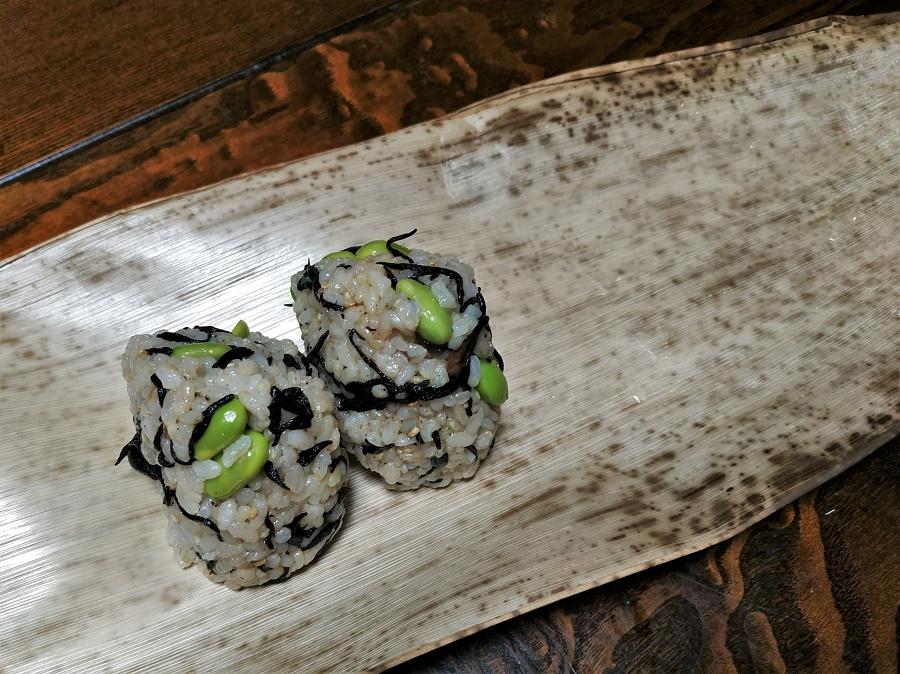 Les onigiri, de petites boulettes de riz façonnées à la main et garnies d'algues, légumes marinés ou poisson, constituent le pique-nique japonais par excellence. Et pour une touche vintage, on peut les transporter dans une belle feuille de bambou géant :)