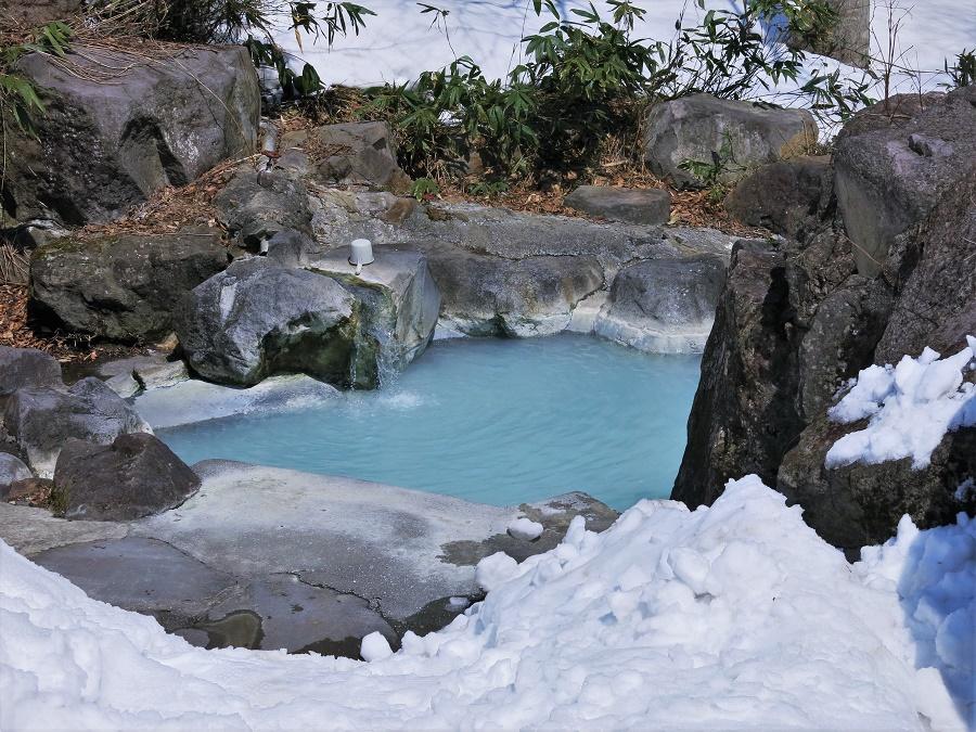 On appelle rotemburo les bains de sources chaudes en plein air, gratuits et librement accessibles à tous. Et figurez-vous que, bien que je sois une grande amatrice de onsen et que ce soit mon troisième voyage au Japon, j'ai inauguré à Tsubame Onsen mon tout premier rotemburo !! C'était très excitant.