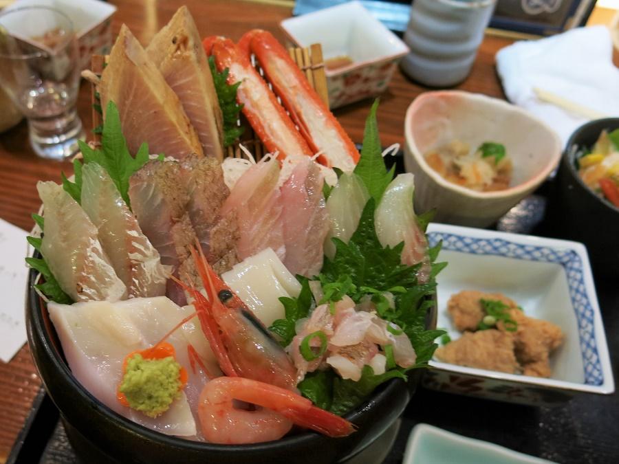 Sur mon généreux plateau, il y avait un assortiment de dix poissons crus fraîchement pêchés. J'ai même eu droit à un petit papier de la main des cuistots me listant tous les poissons et crustacés présents ! En accompagnement, des œufs de poisson marinés, une petite salade, un flanc au bouillon dashi, du riz aux algues, des joues de poisson frites, un mini-dessert... Je ne me souviens même pas de tout xD
