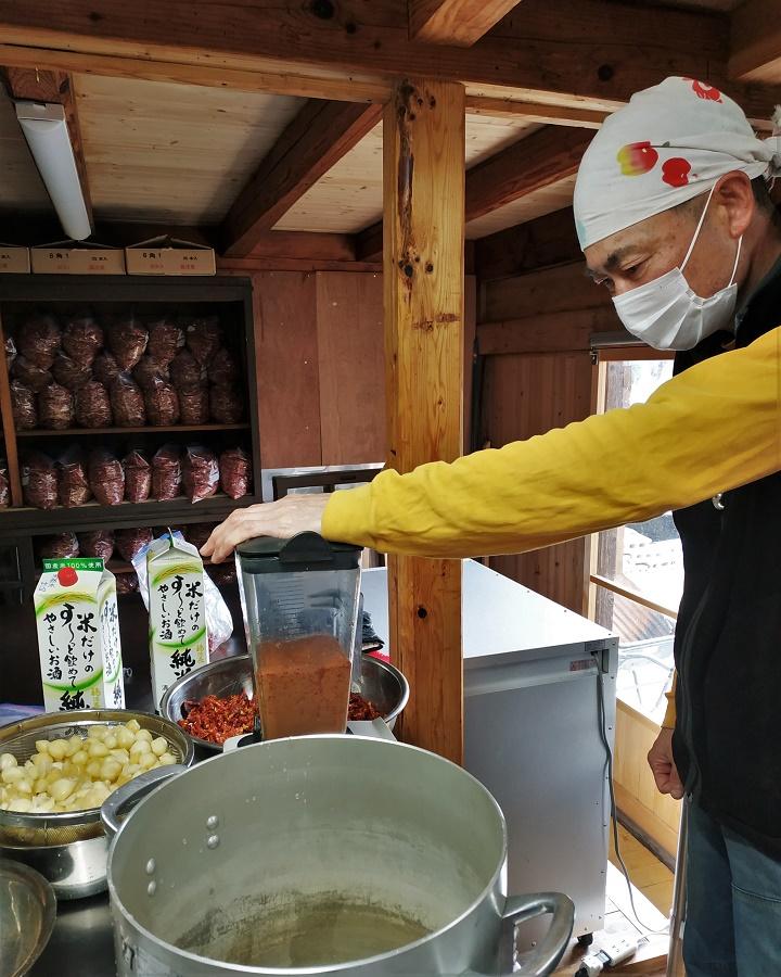 """Le bon plan ultime, c'est d'aller faire du wwoofing dans un café ou dans un restaurant... Car c'est la garantie d'apprendre plein de choses en cuisine ! Mes hôtes actuels transforment leurs propres légumes, notamment sous forme de bentô (boîte-repas) et de sauce pimentée. Cette sauce qui arrache, appelée """"Fire"""", est le produit préféré de mon adorable hôte Maa-san :)"""