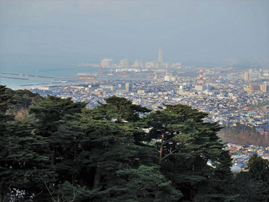 De l'autre côté de cette vue à 360°, on peut admirer toute la ville de Jôetsu qui s'étale dans la plaine. Mais on voit surtout jusqu'à la mer, très agitée lors de notre visite.