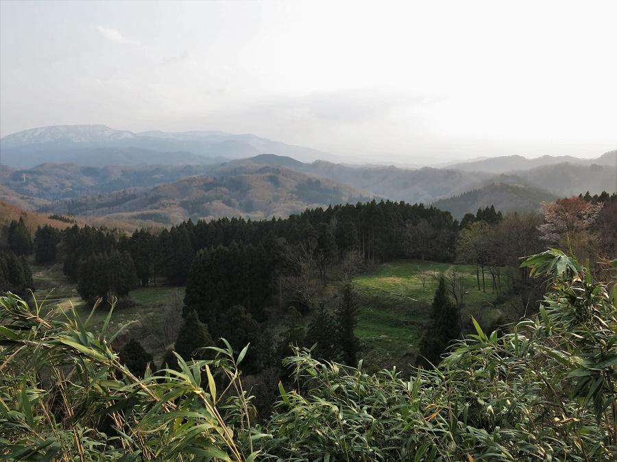 Derrière la colline du château de Kasugayama, on a une vue dégagée sur les montagnes, agitées ce jour-là par un grand vent de tempête (on s'est faits saucer dans la soirée !).