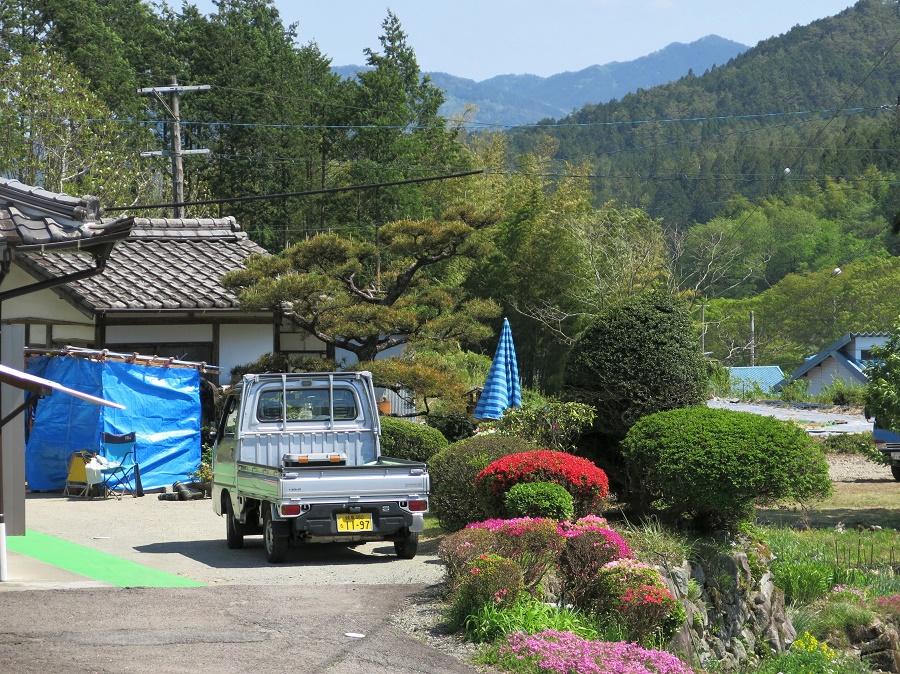 Un fermier japonais n'est pas complet sans son petit pick-up blanc. Ils sont vraiment partout !