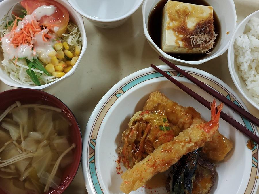 La soupe miso est un élément essentiel de tout menu japonais traditionnel, comme à la cantine de la station de ski où j'ai travaillé cet hiver. Le chef nous faisait une soupe différente tous les jours : ci-dessus, il avait opté pour un mélange de chou blanc et de champignons enoki.